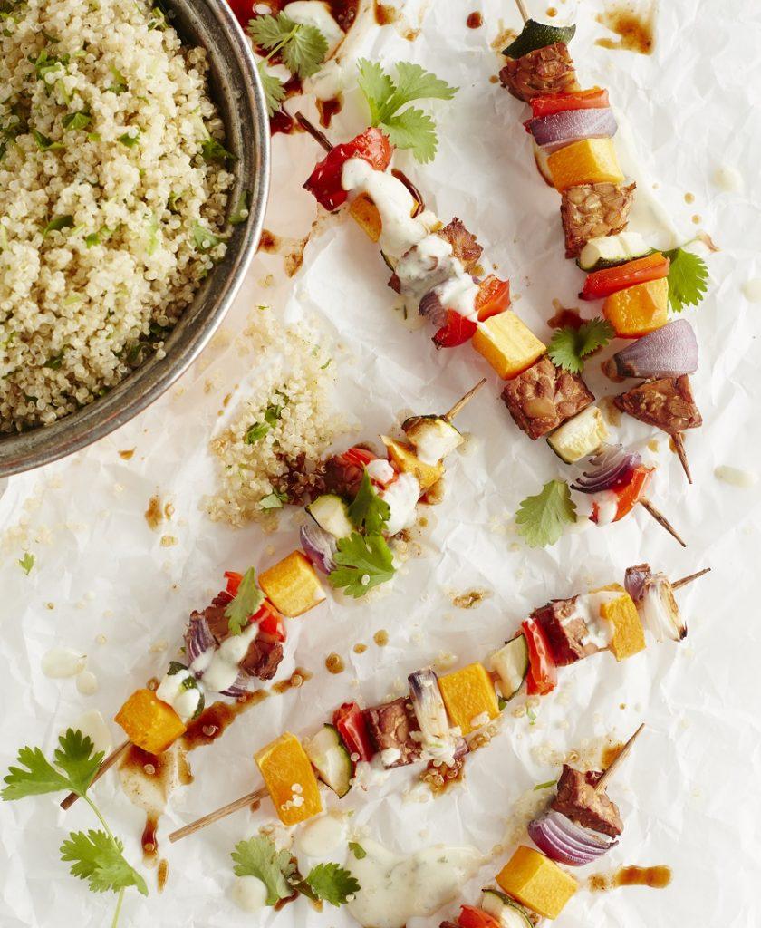 Easy_Vegan_Met_Julie_Groentebrochettes_met_Mexicaanse_Quinoa_photocredit_HeikkiVerdurme